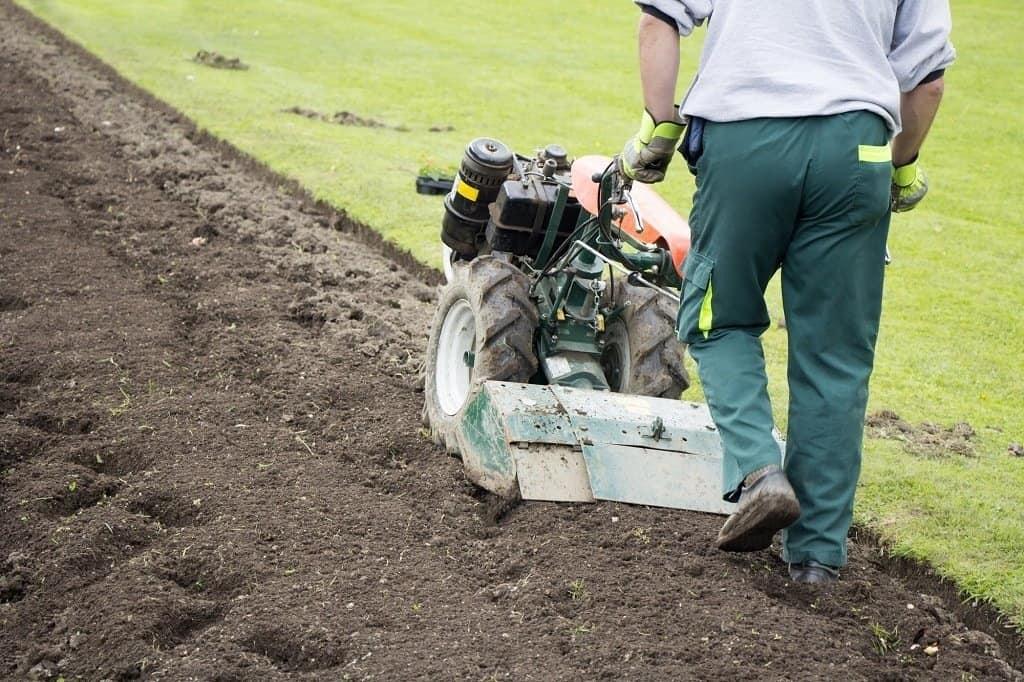 man preparando o terreno para plantio